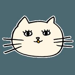 目が笑ってない酒好きな猫